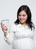 玻璃纵向怀孕的水妇女 免版税库存图片