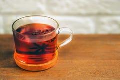 玻璃茶与badyan的在桌上 免版税库存图片