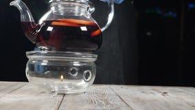 玻璃茶壶用在燃烧器被投入的果子茶在咖啡馆 ?? t HD 股票录像