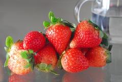 玻璃草莓水 免版税图库摄影