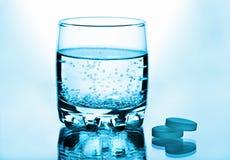 玻璃药片水 库存图片