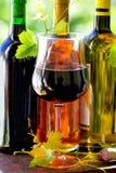玻璃葡萄树留下红葡萄酒 免版税图库摄影