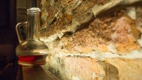 玻璃蒸馏瓶和一块玻璃根据一个蜡烛 免版税库存照片