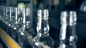 玻璃装瓶的高速移动的过程沿传送带的 影视素材