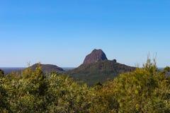 玻璃议院山的看法在昆士兰澳大利亚-在周围moutains ha以后仍然站立火山的熔岩核心  免版税库存照片