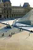 玻璃走在天窗,巴黎,法国的金字塔和游人 免版税库存图片