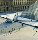 玻璃走在天窗,巴黎,法国的金字塔和许多人们 库存照片