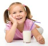 玻璃逗人喜爱的女孩少许牛奶 免版税图库摄影