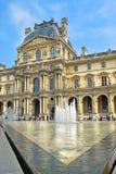 玻璃金字塔和喷泉在罗浮宫前,巴黎 库存照片