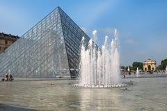 玻璃金字塔和喷泉在罗浮宫前,巴黎 免版税库存图片