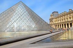 玻璃金字塔和喷泉在罗浮宫前,巴黎 免版税图库摄影
