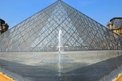 玻璃金字塔和喷泉在罗浮宫前,巴黎 库存图片