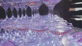 玻璃金字塔用香槟和落乘坐了瓣 影视素材