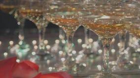 玻璃金字塔用香槟和落乘坐了瓣 股票录像