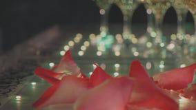 玻璃金字塔用香槟和落乘坐了瓣 股票视频