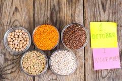 玻璃铸造用不同的谷物-概念健康食物为世界素食主义者和素食主义者天 免版税库存图片
