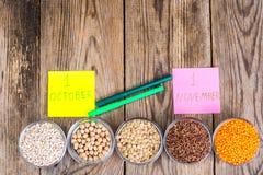 玻璃铸造用不同的谷物-概念健康食物为世界素食主义者和素食主义者天 免版税库存照片
