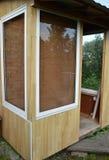 玻璃门和Windows在一个木游廊 对乡间别墅的入口 免版税图库摄影