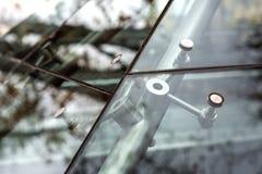 玻璃门面镀铬物紧固件特写镜头  库存图片