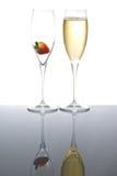 玻璃闪耀的草莓二酒 免版税库存图片