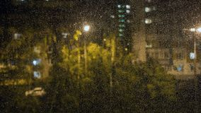 玻璃雨珠视窗 从窗口的看法 免版税库存图片