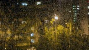 玻璃雨珠视窗 从窗口的看法 免版税库存照片