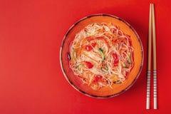 玻璃面条沙拉用黄瓜胡椒和红萝卜 库存图片