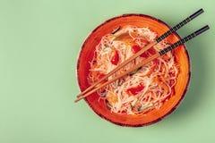 玻璃面条沙拉用黄瓜胡椒和红萝卜 免版税库存图片