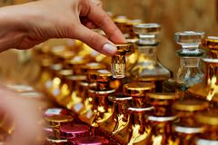 玻璃香水瓶根据油 义卖市场,市场 宏指令 金子和桃红色伽玛 免版税库存图片