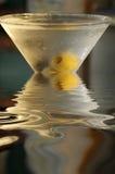 玻璃马蒂尼鸡尾酒反映 图库摄影