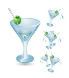 玻璃马蒂尼鸡尾酒橄榄 免版税库存图片