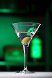 玻璃马蒂尼鸡尾酒橄榄 图库摄影