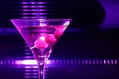 玻璃马蒂尼鸡尾酒紫罗兰 免版税图库摄影