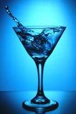 玻璃马蒂尼鸡尾酒飞溅 免版税库存图片