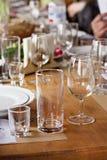 玻璃,堆,酒的一块玻璃 制表设置 免版税库存图片