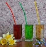 玻璃,饮料,汁液,鸡尾酒,饮料,被隔绝,寒冷,红色,白色,果子,酒精,液体,绿色,新鲜,冰,茶点,秸杆 库存图片