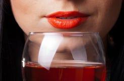 玻璃嘴唇红葡萄酒 免版税库存图片
