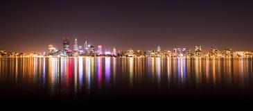 珀斯市地平线全景在晚上 免版税库存图片