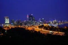 珀斯市大厦和红绿灯在晚上 库存图片
