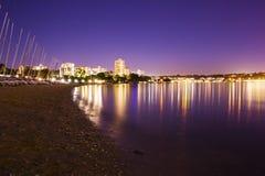 珀斯市海滩和小船在晚上 免版税库存照片