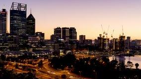 珀斯,西澳州/澳大利亚- 2018年9月15日:对珀斯` s CBD日出timelapse的夜  股票视频