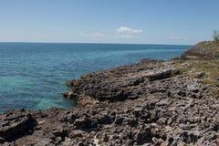 珊瑚和接合的多岩石的海滩,伊柳塞拉,巴哈马 库存照片
