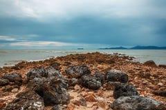 珊瑚海滩在酸值苏梅岛的一多云天 库存照片