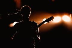 珊瑚的吉他演奏员执行在迪斯科舞厅活力 免版税库存照片