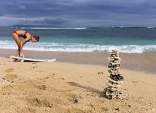 珊瑚的金字塔和有委员会的冲浪者女孩 库存照片