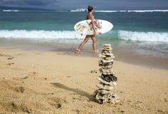 珊瑚的金字塔和有委员会的冲浪者女孩 库存图片