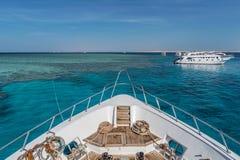 珊瑚礁下潜小船 免版税库存照片