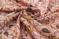 珊瑚背景豪华布料或难看的东西丝绸纹理缎天鹅绒波浪折叠  免版税库存图片