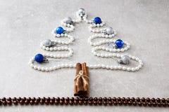 珍珠、肉桂条和圣诞节球圣诞树  T 库存图片