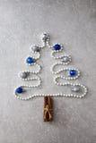 珍珠、肉桂条和圣诞节球圣诞树  T 库存照片